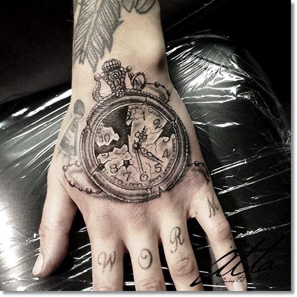 vintage_relgio_de_bolso_mo_da_tatuagem