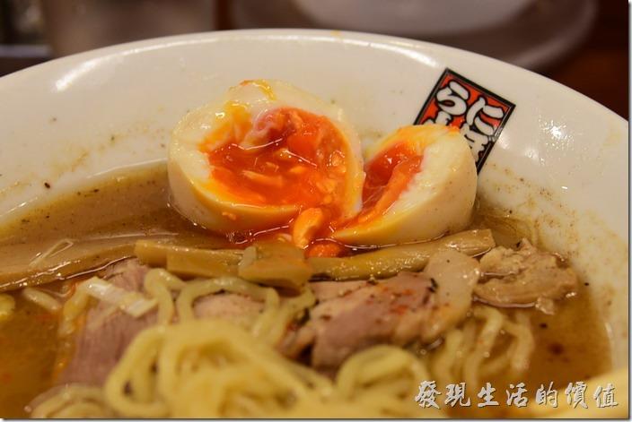 日本-玉五郎拉麵本町店。這玉子(溏心蛋)切開之後蛋黃的顏色跟我們認知有點偏紅,不知道跟蛋來品種與來源有沒有關係,在日本吃到的溏心蛋的蛋白似乎都偏軟,味道嚐起來還是不錯的,就是香氣淡了點。
