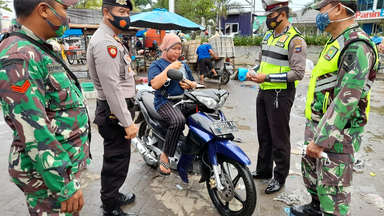 Hari Libur, TNI-Polri Kabupaten HST Sasar Pasar Agrobisnis Tegakkan Prokes
