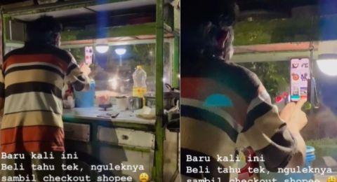 Viral Pedagang Sempat-sempatnya Belanja Online Pas Ngulek Bumbu, Pembeli Melongo