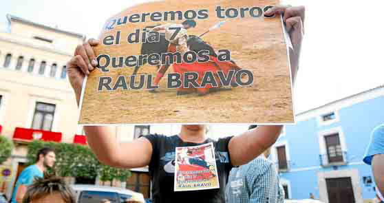 Manifestante presenta un cartel sobre la corrida fallida del 7 de septiembre