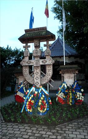 Homenaje a los muertos en las dos grandes guerras (Gura Humorului)