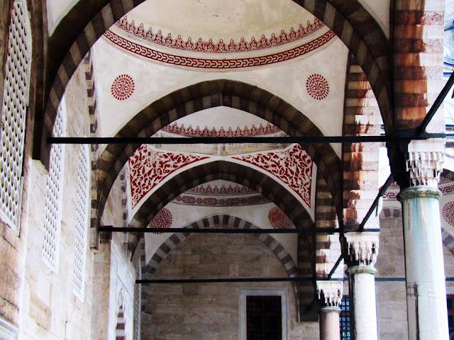 Corredor do patio interior da Mezquita Azul