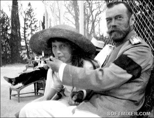 Княжна Анастасия балуется сигаретой из рук императора Николая II, 1916 год.