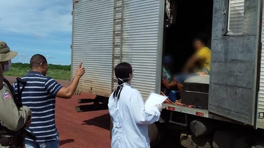 Coiotes do coronavírus: Caminhão baú é apreendido transportando 30 pessoas em Irecê-BA
