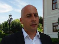 Az MKP elnöke, Menyhárt József a sajtónak nyilatkozik.JPG