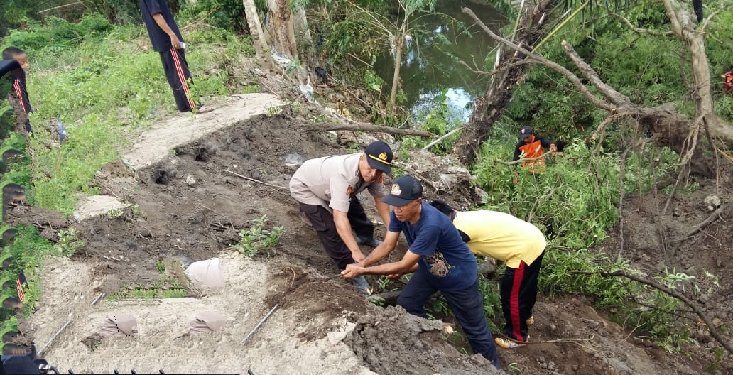 Langkah Cepat Kapolsek Marioriawa Singkirkan Pohon Tumbang Menutupi Arus Sungai