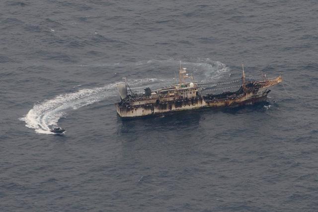Barcos ecuatorianos abastecen a los buques chinos que depredan con su pesca las especies de las Galápagos