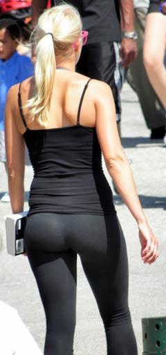Mujer con leggins ajustados y top corto