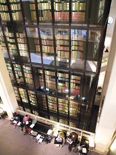 """Читатели рядом с """"Королевской Библиотекой"""""""