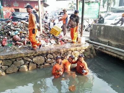 Tumpukan Sampah Kali Abu Bakar Di Bersihkan Tim Biawak