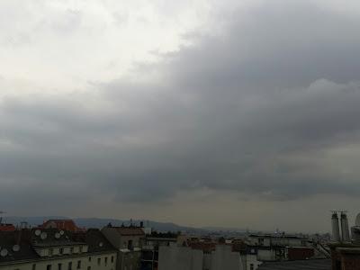 Das Gewitter am Nachmittag hat sich quasi vor den Toren Wiens aufgelöst, dennoch herrscht dichte Quellbewölkung vor. Die Konvergenz im Weinviertel drückt es langsam Richtung Süden, so könnte es noch zu etwas Regen kommen. T akt 24.7°C. #Wetter #Wien #Wetterbeobachtung