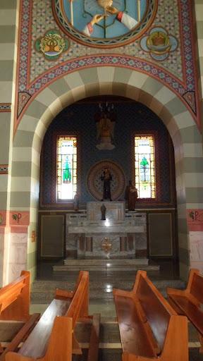 Vista interna da capela dedicada a Santo Antônio de Pádua