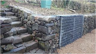 Mur en parement de pierre basaltique façon sèche et Gabion