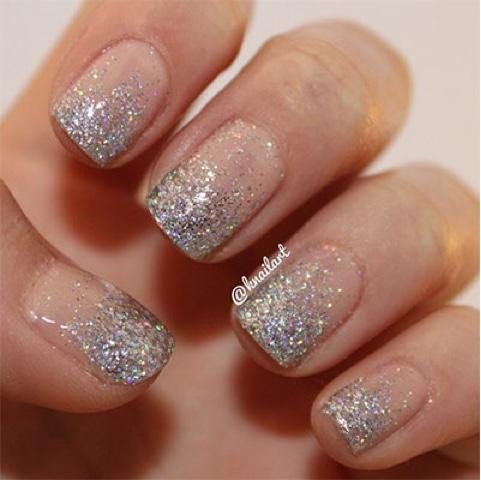 Freya Farrington Christmas Nails Using Glittter