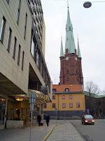 Hotellet med kyrkan i bakgrunden, gå väg till tåget