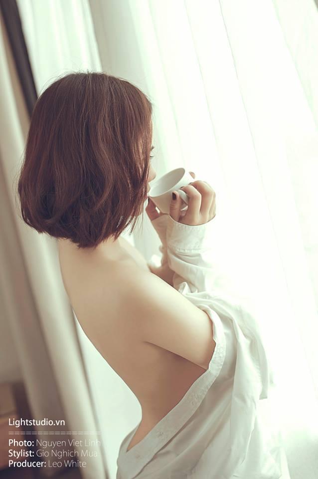 Girl xinh uống cà phê