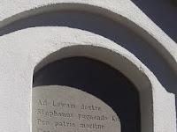 04 A latin nyelvű felirat az emlékművön.jpg