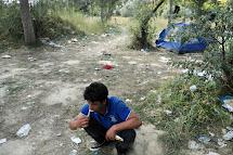 Uprchlík si čistí zuby v opuštěné cihelně, kde se zastavil na den, dva před další cestou. Míří na hranice s Maďarskem, a pak dál do vysněného cíle. (Foto: Iva Zímová pro ČvT)