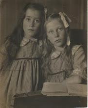 Photo: De twee oudste zusjes van mijn moeder. Links Annie ('Ans'), geboren 6-9-1903, rechts Femia, geboren 11-3-1902, beiden in Amsterdam. Er zijn grote overeenkomsten tussen hen, maar er is ook een groot verschil. Ze droegen niet alleen eenzelfde jurkje. Beiden werden (particulier) verpleegster, beiden bleven vrijgezel. Maar Ans werd slechts 33 jaar oud, terwijl Femia in 1987 op 85-jarige leeftijd overleed.