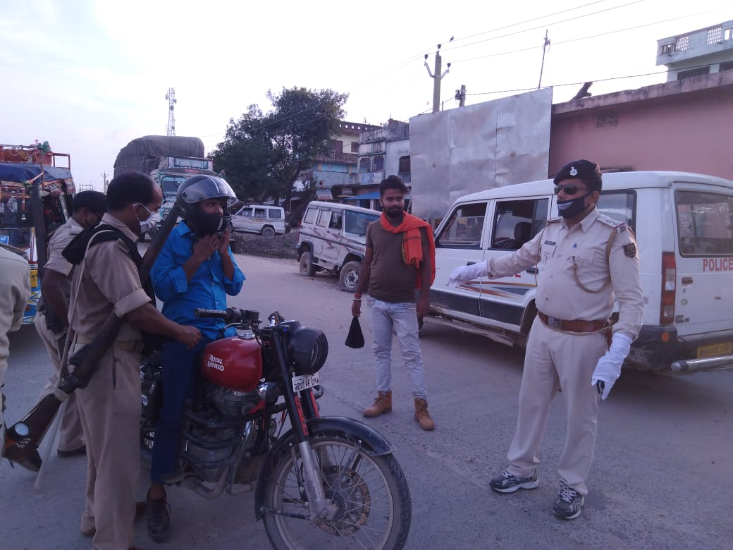 दो पहिया वाहन जांच कर तीन हजार रुपये किया जुर्माना वसूला