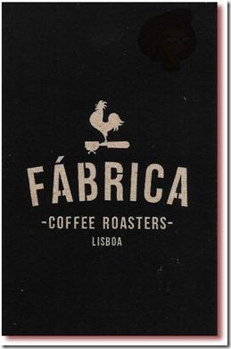 Foto da face do cartão de visitas do Fábrica - Coffee Roasters, Lisboa, em preto, com um galo empoleirado num acessório de café espresso