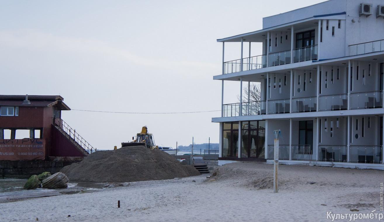 DSC05264 На одесском Ланжероне экскаваторы возят песок с одного пляжа на другой