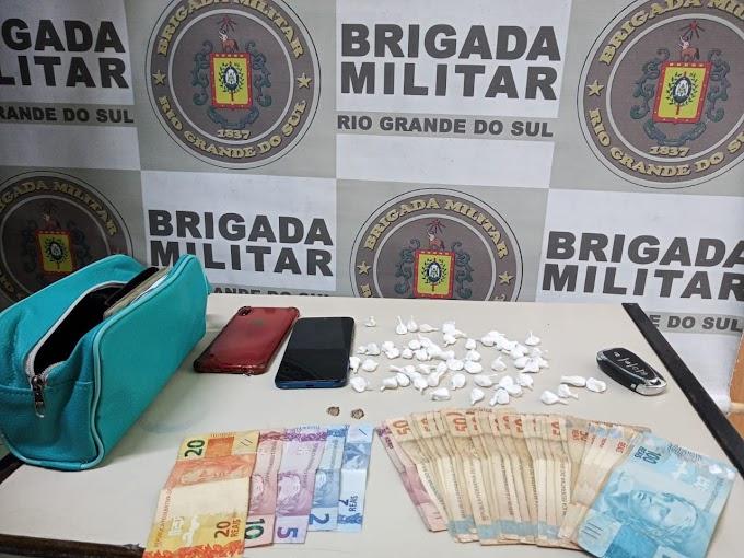 Dupla é presa com mais de 50 buchas de cocaína na Vista Alegre em Cachoeirinha