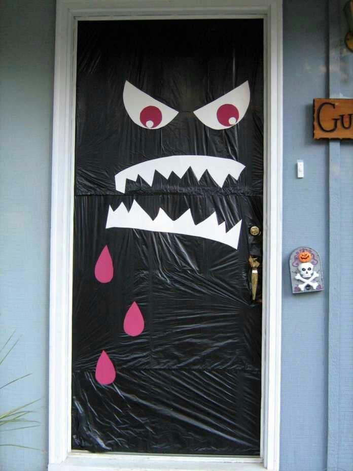 Ideas divertidas para decorar tu puerta en halloween for Ideas para decorar puerta halloween