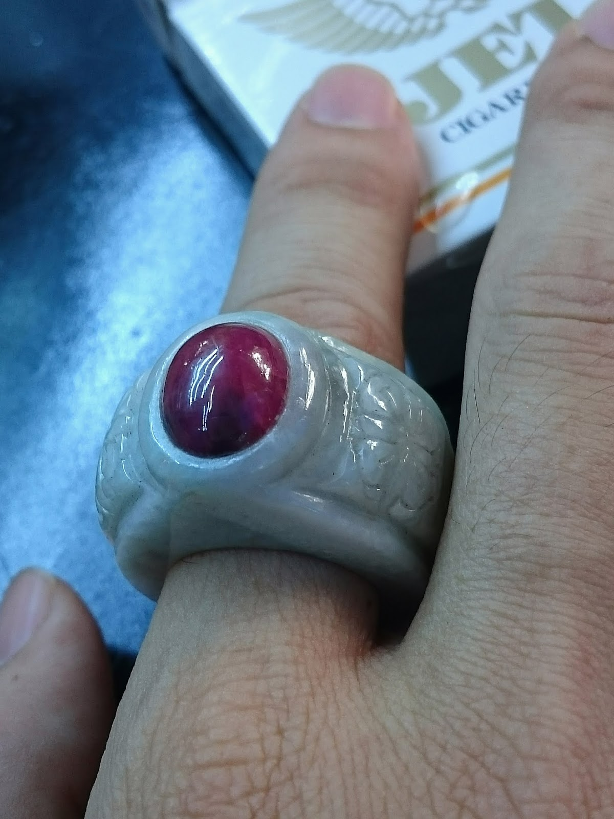 Nhẫn Càn Long bạch ngọc và Ruby Lục Yên tự nhiên nguyên khối