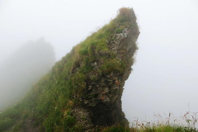Abstieg vom Großer Daumen Felsformation im Nebel Allgäu