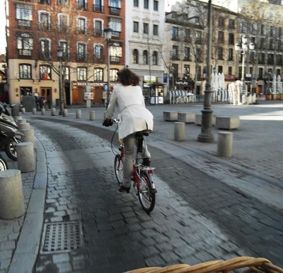 ¿Por qué esta señora va en bici?