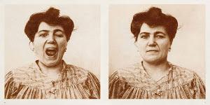 2 foto's van dezelfde vrouw met mond open en dicht