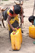 Většina obyvatel chodí pro vodu s kanystry o objemu 25 litrů. (Foto: Monika Ticháčková)
