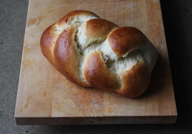 frisch gebackener Hefezopf zum Sonntagsfrühstück