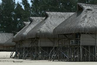 Photo: Pomene Lodge. Wasserbungalows bei Ebbe
