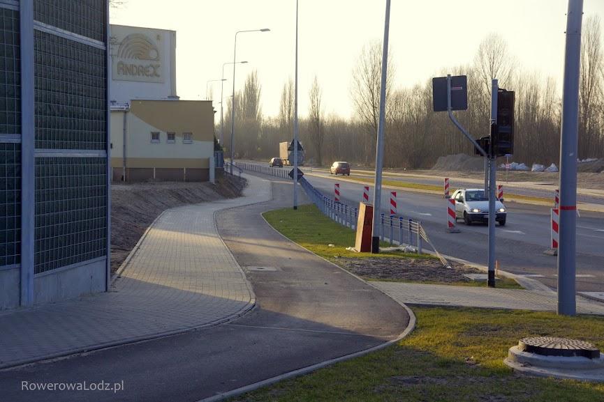 Widok w stronę zachodnia. Jak rowerzysta jadący w tamtą stronę dostanie się na jezdnię?