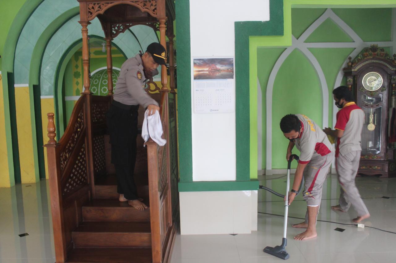 Sambut Hari Bhayangkara ke 74, Polres Soppeng Gelar Kerja Bakti Bersihkan Masjid dan Gereja