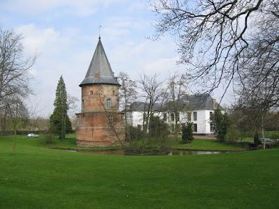 Diepenbeek. Oude slottoren of donjon van de 15e eeuw, een restant van militaire bouwkunst. Het 17e-eeuws kasteel naast de toren is de voormalige verblijfplaats van de rentmeesters van de ridders van de Duitse Orde van Alden Biesen.