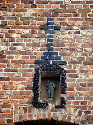 Borgloon, neo-calvarie op gevelkapel (foto J.Cloesen)