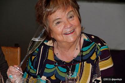 Mª Isabel Mijares escuchando el vino