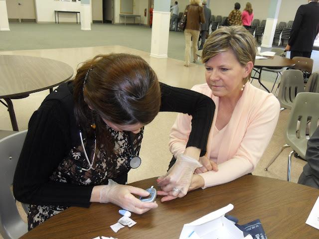 Spotkanie medyczne z Dr. Elizabeth Mikrut przy kawie i pączkach. Zdjęcia B. Kołodyński - SDC13650.JPG