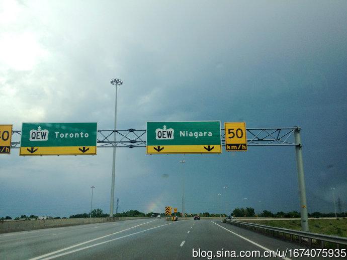 在去多伦多与尼亚拉加瀑布的高速分叉路上
