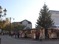 19 A Hviezdoslav téren is van karácsonyfa és árusok.JPG
