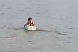 Perjuangan Bocah SD Seberangi Sungai Besar Pakai Styrofoam ke Sekolah