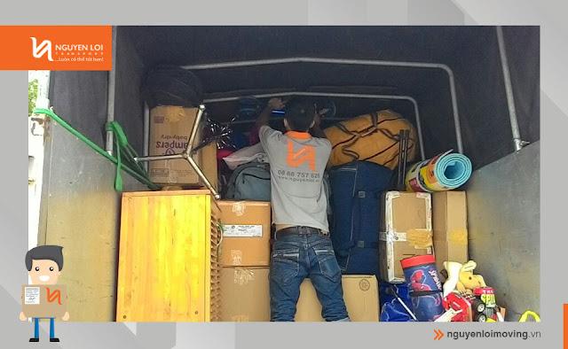 sắp xếp đồ đạc trong thùng xe tải