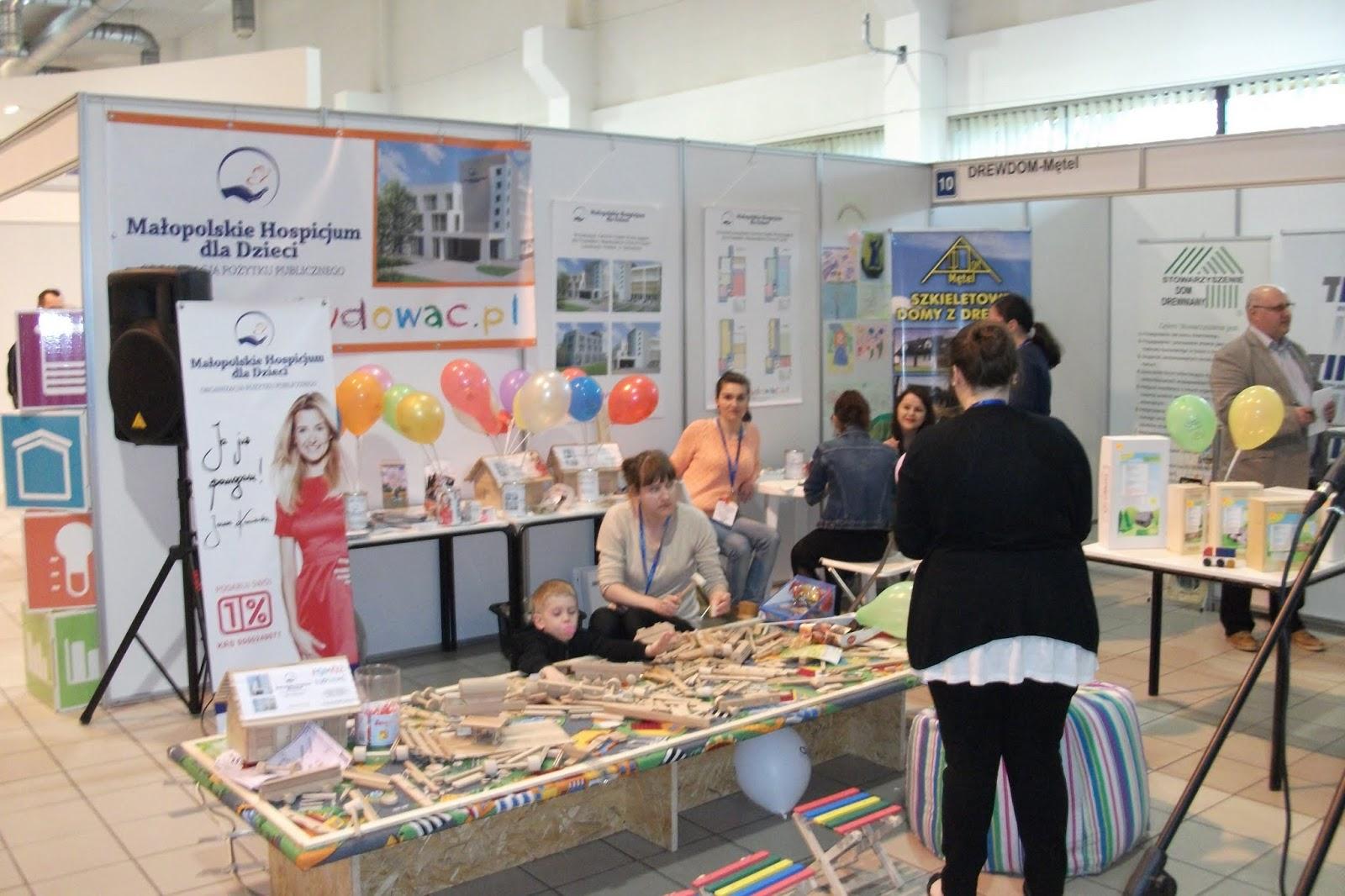 Aukcja drewnianego domu przekazanego przez firmę FPHU DREWDOM-Mętel odbyła się 21 kwietnia 2013 roku na 41. Krakowskich Targach Budownictwa w CT Chemobudowa Kraków s.a. Dom został zlicytowany za 59.000 zł, które przeznaczone zostały na rzecz budowy Centrum Opieki Wyręczającej MHD