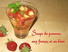 Soupe de pommes aux fraises et aux kiwis