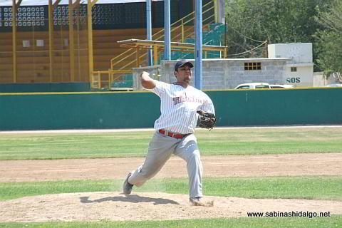 Enrique Domínguez lanzando por Tiburones en el beisbol municipal
