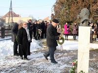 09 Balogh Gábor és Kliment Éva, a Csemadok Nagykürtösi Területi Választmánya nevében koszorúznak.jpg